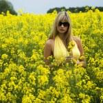 Mädchen im gelben Feld — Stockfoto