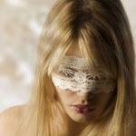 ragazza con mascherina di pizzo — Foto Stock #4701591