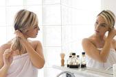 Blonde dans la salle de bain — Photo