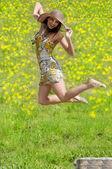Hoppande kvinna — Stockfoto
