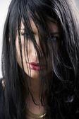 Oczy między włosów — Zdjęcie stockowe