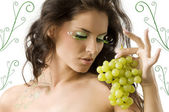 Great eyelashes and grape — Stock Photo