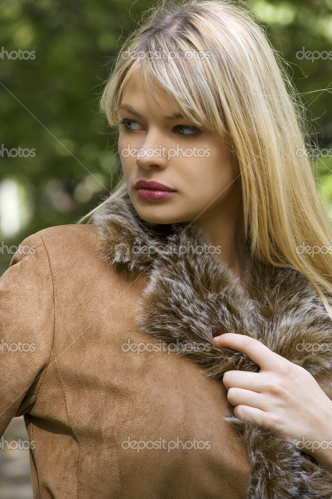 Close up portrait of a young pretty girl with fur outgoing in park in a winter day — Stock Photo #4701601