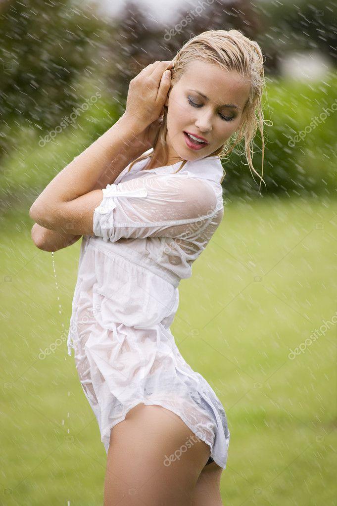 Девки в мокрых платьях