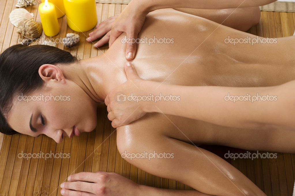 Attractive beautiful caucasian woman lying down relaxing herself and getting a massage with oil — Stok fotoğraf #4703504