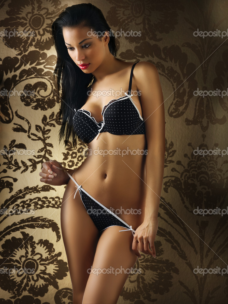 Sexy and cute latina girl wearing black lingerie on her great body — Stock Photo #4704420