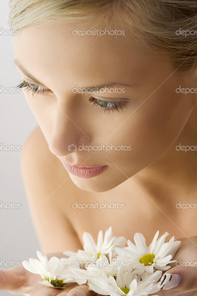 Sweet beauty close up portrait of beautiful woman with some white daisy on hand — Stock Photo #4705779