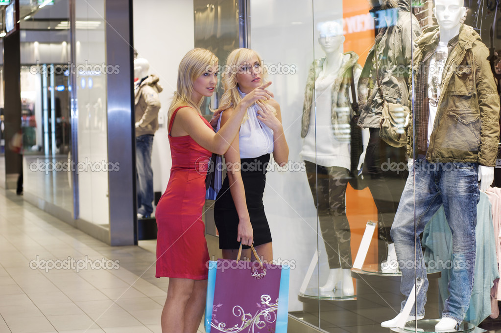 Two young beautiful and elegant blond woman in front at a window shop looking and chatting   Stok fotoraf #4706133