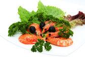 Krewetki z sałatą i czarnymi oliwkami — Zdjęcie stockowe