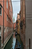 Narrow canal in Venice — Стоковое фото