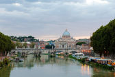 Angelo bridge and St. Peter's Basilica — Stock Photo