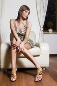 Dívka krásná blondýnka pózuje v místnosti — Stock fotografie