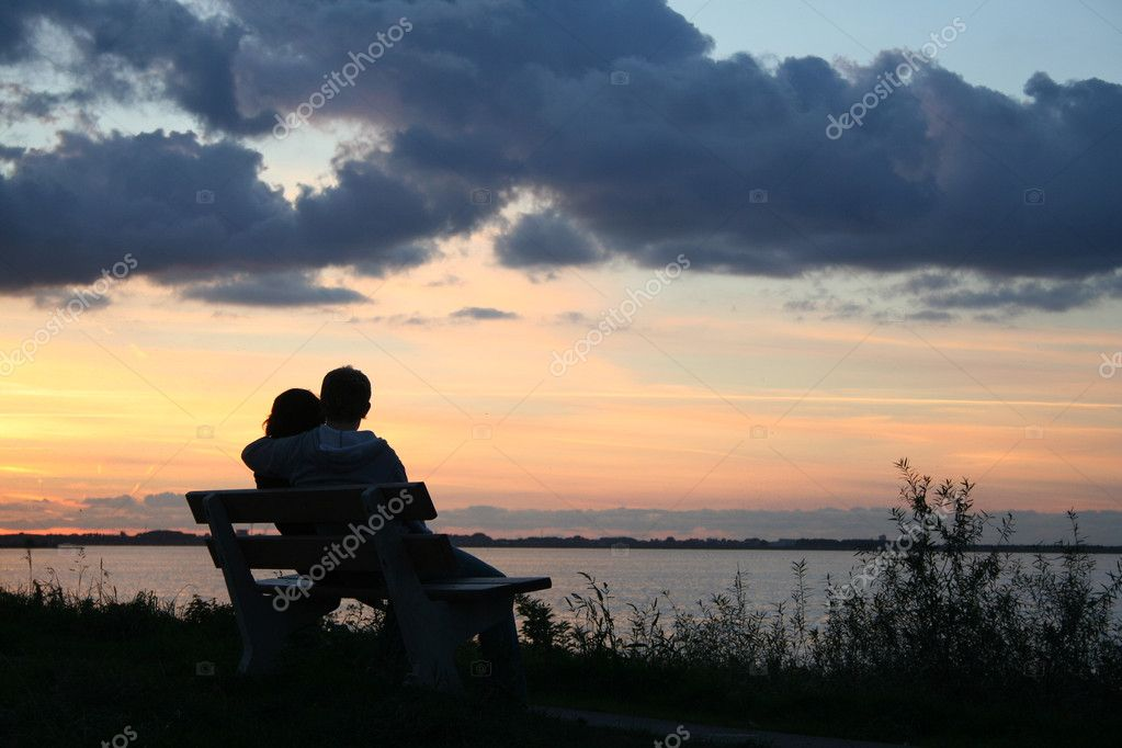 Young couple in love near the sea — Foto Stock #4881982