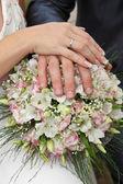 свадебный букет и руки — Стоковое фото