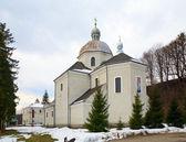 Vue de printemps de la vieille église d'onufriya de st. pidhirtsi — Photo