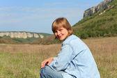 Retrato de mulher em fundo de montanhas da crimeia (mangup kale, — Fotografia Stock