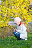 Petite fille dans le parc du printemps — Photo