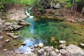 Lago azul en el río de la montaña — Foto de Stock