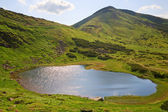 Alpine lake Nesamovyte on summer mountains — Stock Photo