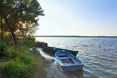 łodzie przy brzegu jeziora lato — Zdjęcie stockowe