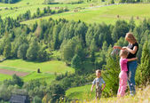 Family resting in a mountain walk — Stockfoto