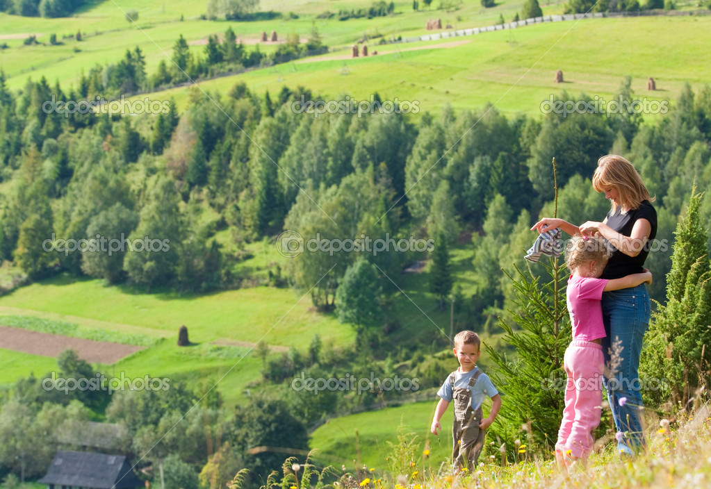 Family resting in a summer mountain walk — Stok fotoğraf #5033644