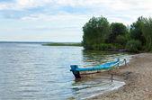 夏の湖の海岸の近くのボートします。 — ストック写真