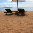 Chair and white umbrella on the Pattaya beach — 图库照片