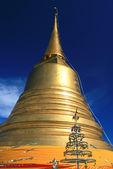 Golden pagoda in blue sky — Stock Photo