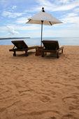 Chair and white umbrella on the Pattaya beach — Stock Photo
