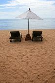 Stuhl und weißen schirm auf die pattaya beach — Stockfoto
