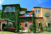 Italien stil byggnad i vacker trädgård och blå himmel — Stockfoto