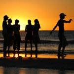 jeunes de parler pendant le coucher du soleil — Photo