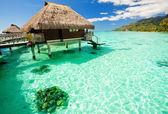 Nad vodou bungalov s kroky do úžasné laguny — Stock fotografie