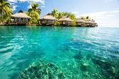 Nad vodní bungalovy s kroky do zelené laguny — Stock fotografie