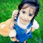 nádherná dívka s obrovskýma očima díval do kamery — Stock fotografie