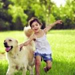 mladá dívka s zlatý retrívr běží — Stock fotografie