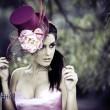 rosto de jovem linda mulher com um chapéu vintage — Foto Stock