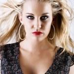 splendida giovane femmina bionda con capelli di volo — Foto Stock