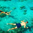 Young couple snorkeling in clean tropical water — Foto de Stock