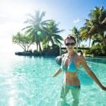 žena v modrých bikinách uvnitř tropických infinity bazén — Stock fotografie