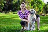 Giovane donna e documentalista dorato in erba — Foto Stock