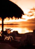Weingläser und tropischen Strand Sonnenuntergang — Stockfoto