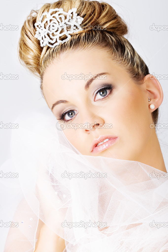 Young beautiful bride holding a veil — Foto Stock #4728570