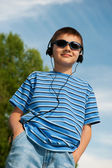 Jonge jongen buitenshuis — Stockfoto