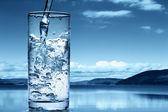 Wlewając wodę do szklanki — Zdjęcie stockowe