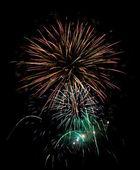 Algunos fuegos artificiales explosiones en el cielo negro - larga exposición — Foto de Stock