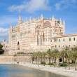 Palma de Mallorca; view over water feature  towars the cathedral - Stockfoto