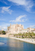 Palma de Mallorca; view over water feature towars the cathedral — Stok fotoğraf