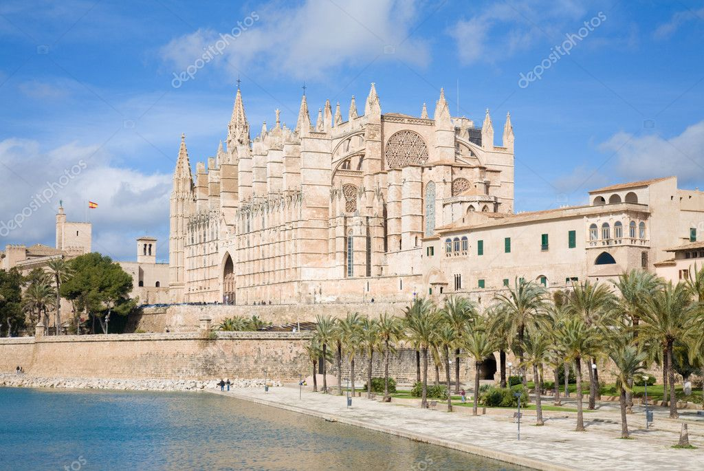 Palma de Mallorca; view over water feature  towards the cathedral La Seu — Stock Photo #4673843